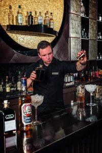 Sascha Berends mit seinem Drink Midsommar Afton; Bild: Eggers&Franke